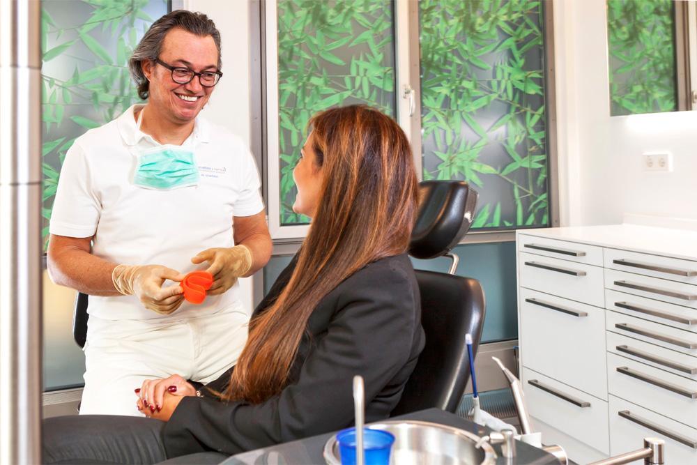 Zahnarzt Dr. Thomas Schröder in Stuttgart bei der Behandlung. In der Privatpraxis für Zahnheilkunde bieten wir Ihnen angstfreie und schmerzfreie Zahnbehandlungen.