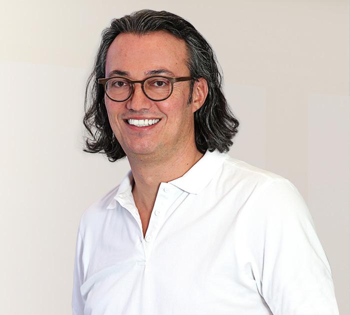 """Zahnarzt Dr. med. dent. Thomas Schröder in Stuttgart entwickelte in über 17 Jahren privatärztlicher Tätigkeit das """"Fünf-Säulen-Konzept"""" und ist sehr erfahren bei Angstpatienten. Behandelnder Zahnarzt in der Privatpraxis für Zahnheilkunde in Stuttgart."""