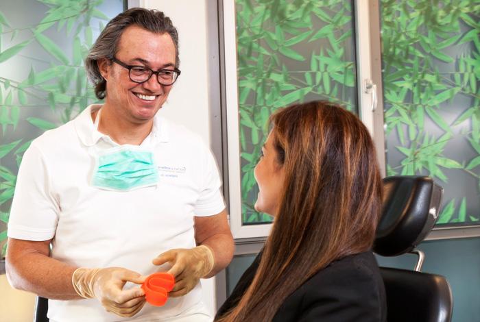 Parodontose (Parodontitis) Behandlung bei Zahnarzt Dr. Thomas Schröder von der Privatpraxis für Zahnheilkunde in Stuttgart. Leiden Sie unter Zahnfleischbluten und Entzündungen? Mit einer Parodontaltherapie kann eine kann Parodontitis erfolgreich behandelt werden.