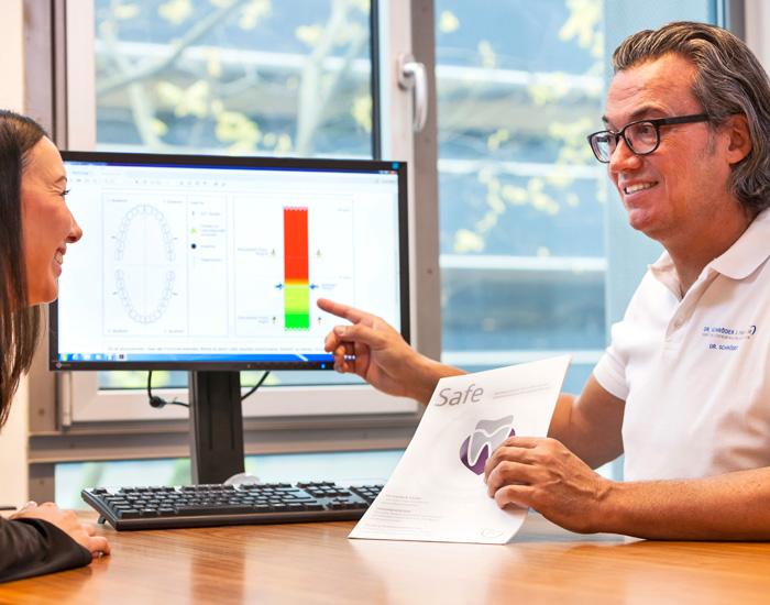 Als einer der ersten Zahnärzte weltweit bietet die Zahnarztpraxis von Dr. Thomas Schröder in Stuttgart dieses neue Verfahren an, mit der Parodontitis frühzeitig erkannt werden kann. Der Biomarker-Test aus der Medizin macht nun die Früherkennung möglich – bevor ein Schaden sichtbar wird! Damit lässt sich Parodontose (Parodontitis) frühzeitig erkennen und besser behandeln - zum Wohle Ihrer Zähne und Ihrer Gesundheit.